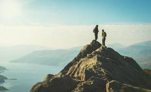 Deux randonneurs profitant de la vue du Loch Katrine en Écosse.
