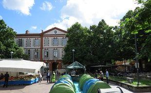 Dans la nuit du 14 au 15 juin 2016, l'association Droit au Logement a installé places Saint-Georges, à Toulouse, des tentes occupées par 61 personnes sans solution d'hébergement.