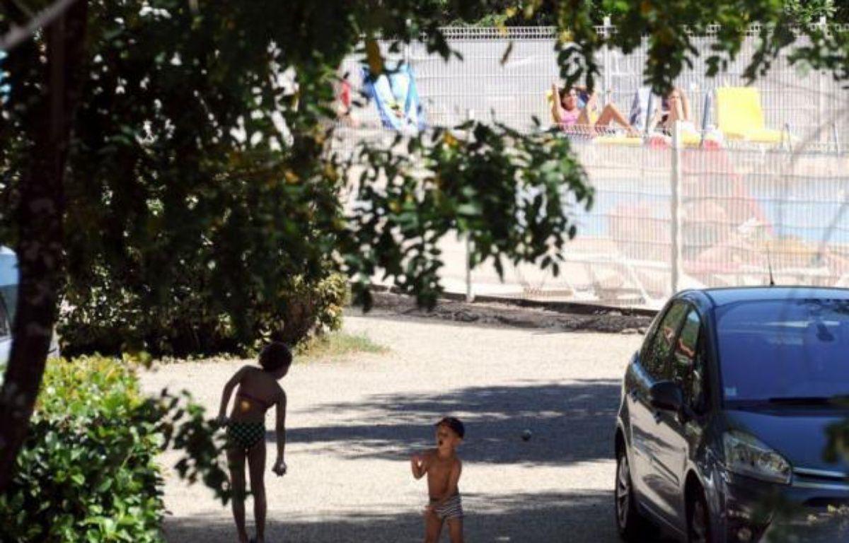 L'homme de 32 ans qui a avoué être l'auteur de cinq agressions sexuelles dans des campings du sud de l'Ardèche cet été avait été condamné en 2000 à de la prison avec sursis assorti d'une mise à l'épreuve pour le même motif, et sera déféré au parquet d'Avignon dimanche après-midi. – Philippe Desmazes afp.com