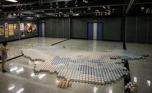 L'oeuvre de l'artiste chinois Ai Weiwei réalisée avec des boites de lait en poudre.