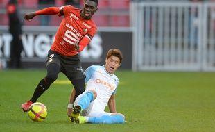 Ismaïla Sarr taclé par Hiroki Sakai lors de Rennes-Marseille, dimanche 24 février 2019.