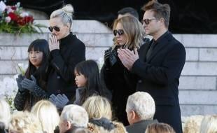 Laeticia Hallyday, ses deux filles, David Hallyday et Laura Smet devant le cercueil de Johnny Hallyday, le 9 décembre 2017.