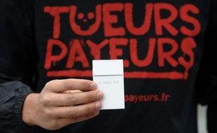 Paris, le 02 Novembre 2011. Operation de sensibilisation et  d'informations des fumeurs contre les dangers de l'industrie du tabac.  Ligue contre le cancer. Slogan Tueurs payeurs. Voiture avec flocage et  decor paquets de cigarettes.