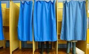 Au premier tour des élections cantonales, le samedi 20 mars 2011, dans un bureau de vote à Lyon.