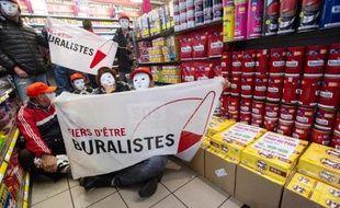 """Des buralistes tiennent une banderole """"Fiers d'être buralistes"""" dans un commerce de Vieux-Brisach à la frontière franco-allemande, le 16 novembre 2014"""