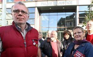Condamné pour avoir brandi le 28 août 2008 une affichette portant la mention «Casse toi pov'con» devant Nicolas Sarkozy lors d'une manifestation à Laval (Mayenne),Hervé Eon a été condamné à 30 euros avec sursis.