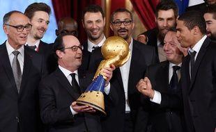 François Hollande avec le trophée de champion du monde de hand, le 3 février 2015