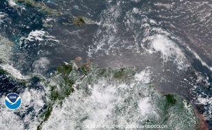 L'ouragan Beryl (au milieu à droite) se déplace vers les Antilles tandis que la tempête tropicale Chris (en haut à gauche) bouge vers les côtes américaines, dimanche 8 juillet 2018.
