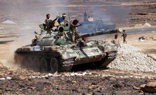 Soldats yéménites sur un char après la prise d'Azzan, un fief d'Al-Qaïda dans la province de Shabwa, dans le sud du Yémen, le 8 mai 2014