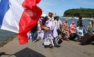 Des électeurs débarquent du bateau pour aller voter au référendum sur la départementalisation de Mayotte, le 29 mars 2009 à Mazmoudzou.