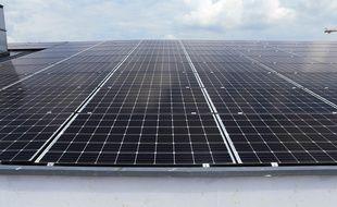 Panneaux photovoltaïques installés sur le toit d'un garage à Strasbourg