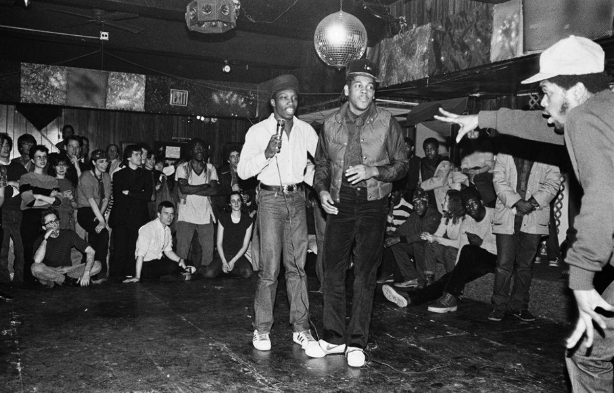 Le groupe de hip-hop The Cold Crush Brothers, au Club Negril, à New York, en 1981. – Joe Conzo et Cornell University Library