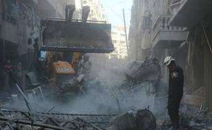 Des sauveteurs recherchent des survivants dans les décombres après une frappe aérienne des forces gouvernementales, le 4 février 2016 à Alep