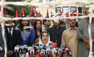Le président Pervez Musharraf a mis en place vendredi un gouvernement de transition avant les législatives prévues début janvier au Pakistan et mis fin à l'assignation à résidence de Benazir Bhutto à quelques heures de l'arrivée d'un émissaire du président américain, qui réclame la levée de l'état d'urgence.