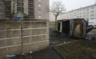 Une voiture brûlée dans le quartier de la Meinau, à Strasbourg.