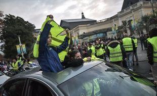 """Des enfants lors d'une manifestation de """"gilets jaunes"""" à Pau le 18 novembre 2018. Crédit:QUENTIN TOP/SIPA."""