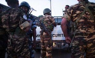 Des forces de sécurité patrouillent à HelleVille sur l'île de Nosy Be, après le lynchage de trois hommes le 4 octobre 2013 à Madagascar