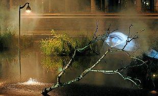 Un spectacle lumineux de la compagnie ZUR anime le bassin chaque soir.