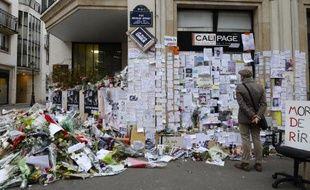Un mémorial dressé près des locaux de Charlie Hebdo, le 12 janvier 2015 à Paris