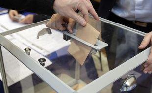 Dans la mairie du 18e arrondissement, un peu plus du tiers des inscrits sont venus voter ce dimanche avant 13 h (Illustration).