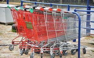 Des chariots de supermarché.