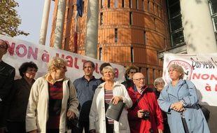 Jutta Dumas (au centre) et les membres du collectif Non à Val Tolosa le jeudi 19 novembre devant le Palais de Justice.
