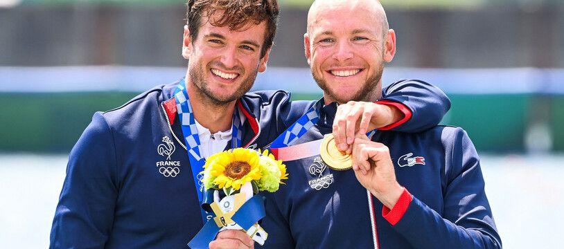 Les rameurs français Hugo Boucheron et Matthieu Androdias, champions olympiques d'aviron en deux de couple à Tokyo, le 27 juillet 2021.