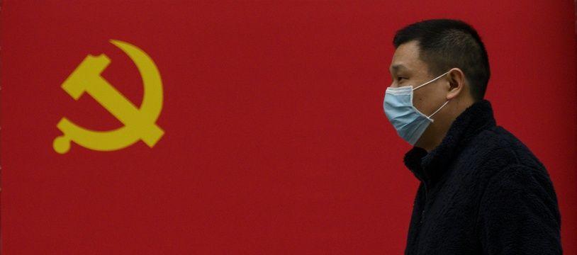 Un Chinois portant un masque à Wuhan, principal foyer de l'épidémie de coronavirus en Chine.