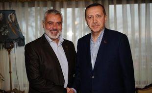 Le chef du gouvernement du mouvement islamiste palestinien Hamas, Ismaïl Haniyeh, a rendu hommage jeudi à Istanbul devant le navire Mavi Marmara aux neuf Turcs tués au cours d'un raid israélien contre une flottille d'aide humanitaire à destination de Gaza en mai 2010.