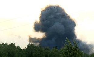 Le panache de fumée après l'explosion survenue dans un dépôt d'armes en Sibérie le 5 août 2019.