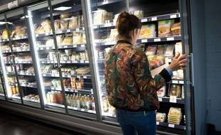 Une cliente dans un rayon de supermarché (Illustration).