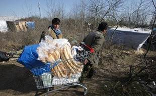 Des migrants dans la «jungle» de Calais le 30 mars 2009