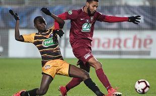 Le milieu offensif de Metz, Marvin Gakpa, affronte le milieu de terrain sénégalais Joseph Lopy lors de la 16e de finale de la Coupe de France, le 5 février 2019.