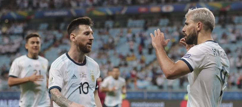 Messi avec un des  buteurs, Agüero (à droite).