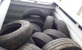 Le chargement contenant 26 tonnes de pneus usagés, intercepté par les douaniers.