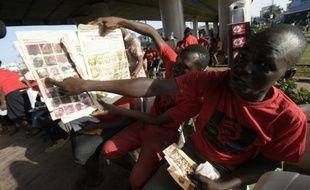 Un homme montre la photo de sa nièce parmi les filles enlevées par Boko Haram à Chibok il y a deux ans, lors d'une manifestation en hommage aux disparues, le 13 avril 2016 à Lagos