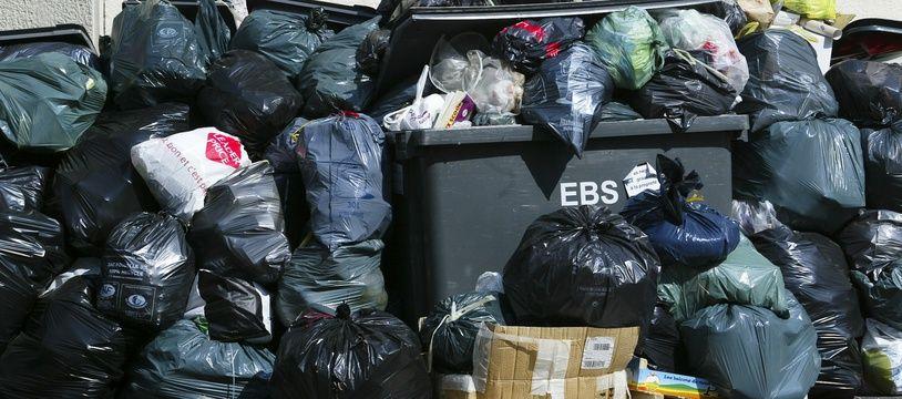 Illustration de poubelles qui s'entassent à Lyon. CYRIL VILLEMAIN/20 MINUTES