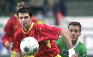 Jean-Louis Garcia, entraîneur du RC Lens (L2), a été mis à pied à titre conservatoire et convoqué en vue de son licenciement, tout comme les membres de son encadrement technique, a indiqué lundi dans un communiqué le club qui veut le remplacer par Eric Sikora.