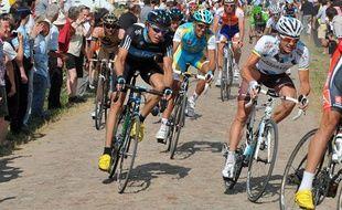 Les coureurs du Tour de France 2010, lors de leur passage sur les secteurs pavés de Paris-Roubaix, le 6 juillet 2010.