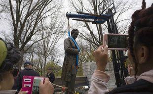 La statue du Dr James Marion Sims, retirée d'un parc new-yorkais mardi 17 avril 2018.