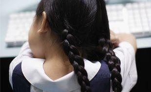 Une écolière en uniforme.