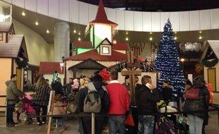 Des familles font leurs courses de Noël à Séville.