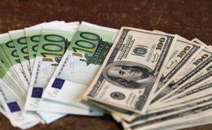 L'euro baissait face au dollar mercredi, le billet vert n'étant pas affecté par la paralysie du gouvernement américain, les investisseurs restant persuadés qu'un défaut de paiement du pays est peu probable.