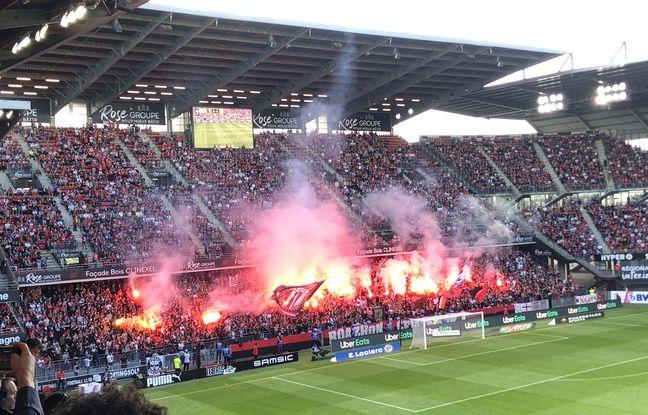 Des fumigènes craqués par les ultras du RCK lors du derby entre le Stade Rennais et le FC Nantes le 22 août 2021.