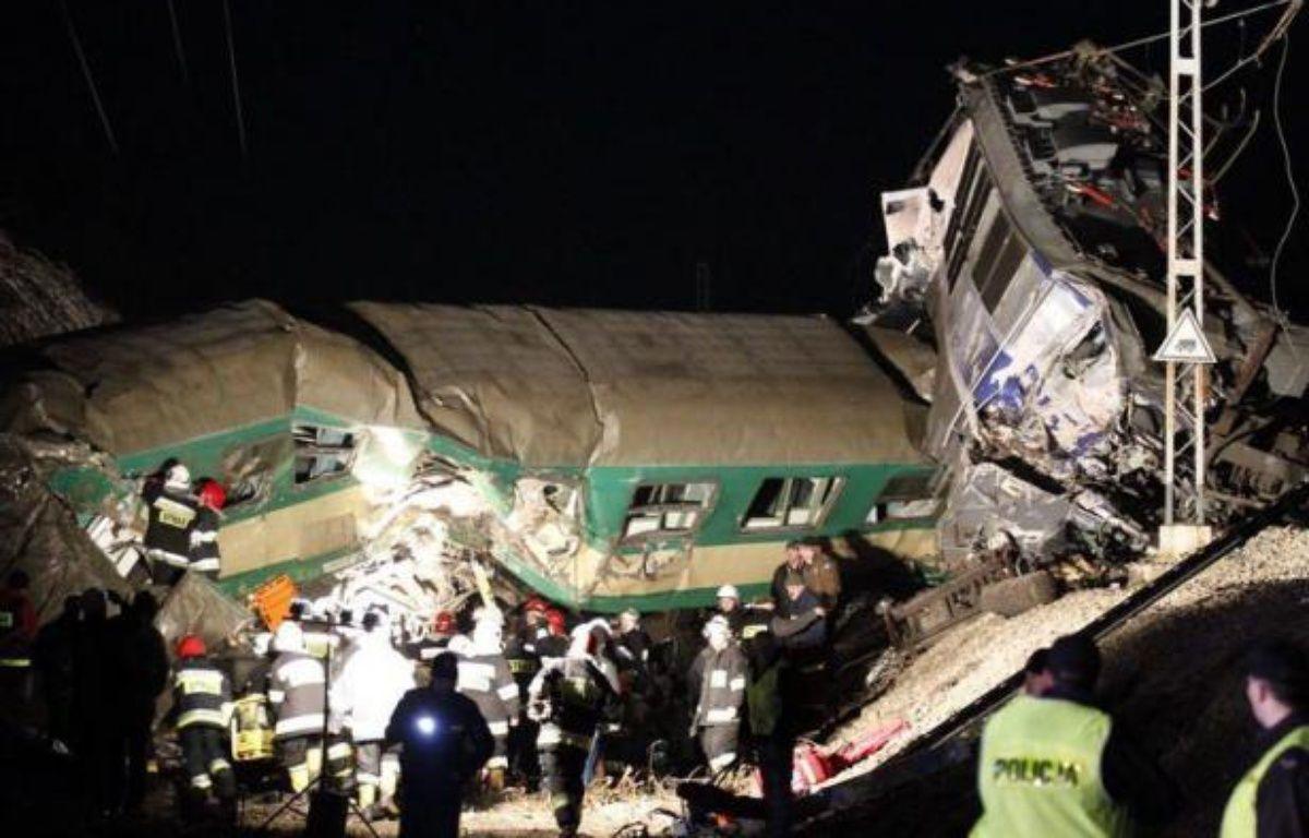 Au moins 14 personnes ont été tuées et une soixantaine blessées samedi soir dans une collision frontale entre deux trains qui se sont retrouvés sur la même voie à Szczekociny, dans le sud de la Pologne, la plus grave catastrophe ferroviaire dans ce pays depuis 1990. – Andrzej Grygiel afp.com