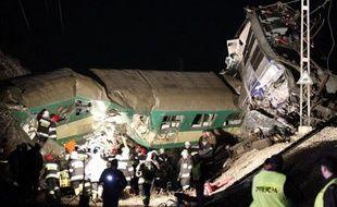 Au moins 14 personnes ont été tuées et une soixantaine blessées samedi soir dans une collision frontale entre deux trains qui se sont retrouvés sur la même voie à Szczekociny, dans le sud de la Pologne, la plus grave catastrophe ferroviaire dans ce pays depuis 1990.