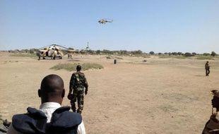 Des hélicoptères d'attaque Mi-8 survolent Fotokol au Cameroun le 1er février 2015, après une opération dans la ville proche de Gamboru, au Nigeria
