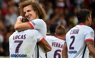 Les Brésiliens Lucas et David Luiz se congratulent lors de la victoire du PSG à Lille (0-1), le 7 août 2015.
