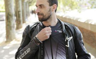La start-up toulousaine Chill Ride a conçu un gilet rafraichissant et chauffant à enfiler sous le blouson sécurisé du motard.