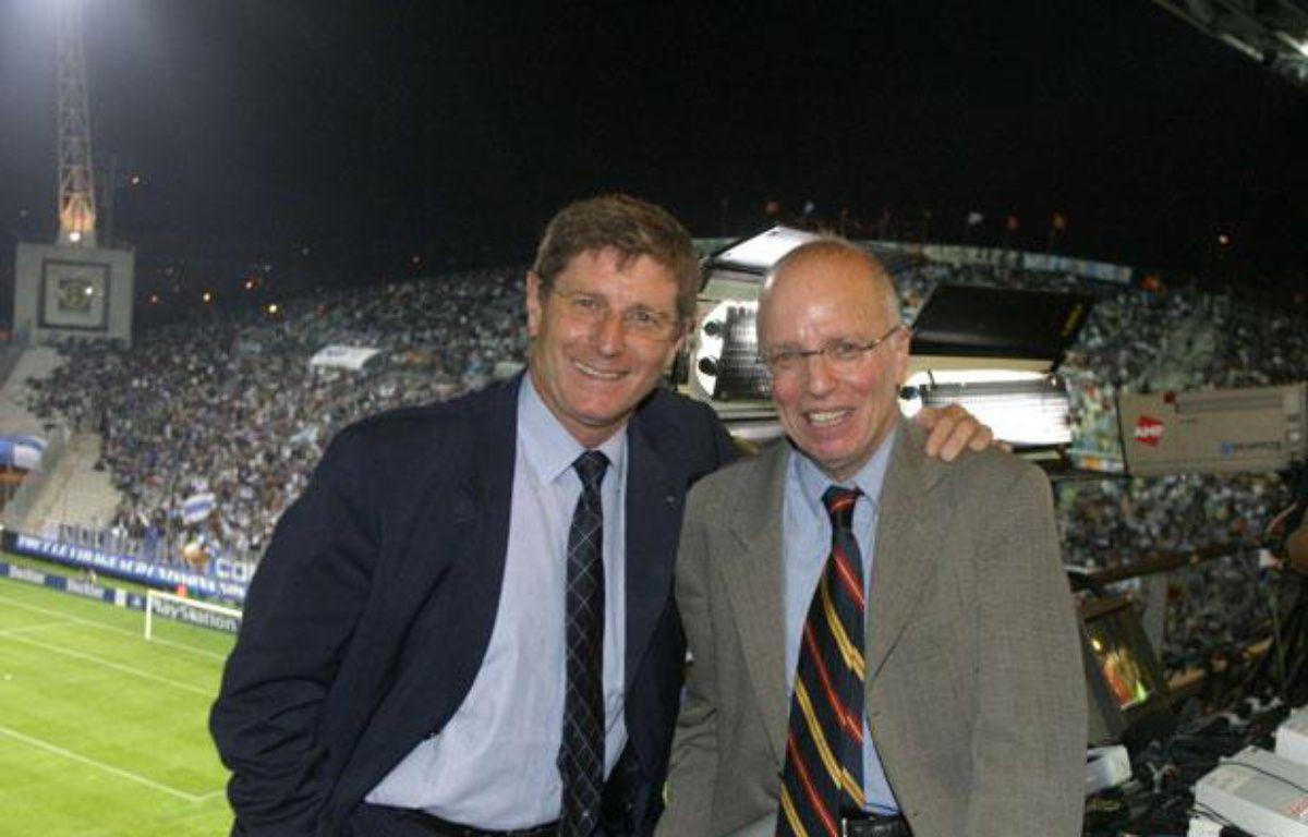 Thierry Roland et Jean-Michel Larqué, lors d'un match de Ligue des champions Marseille - Belgrade, en 2003  – SUREAU JEAN-MARC/TF1/SIPA